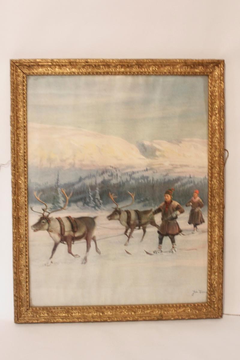 Tryck av akvarell, bakom glas och guldfärgad dekorerad ram. Motivet föreställer två samer ledande varsin ren. I bakgrunden ser man skog och fjäll. Trycket är märkt med signaturen Joh. Tirén.