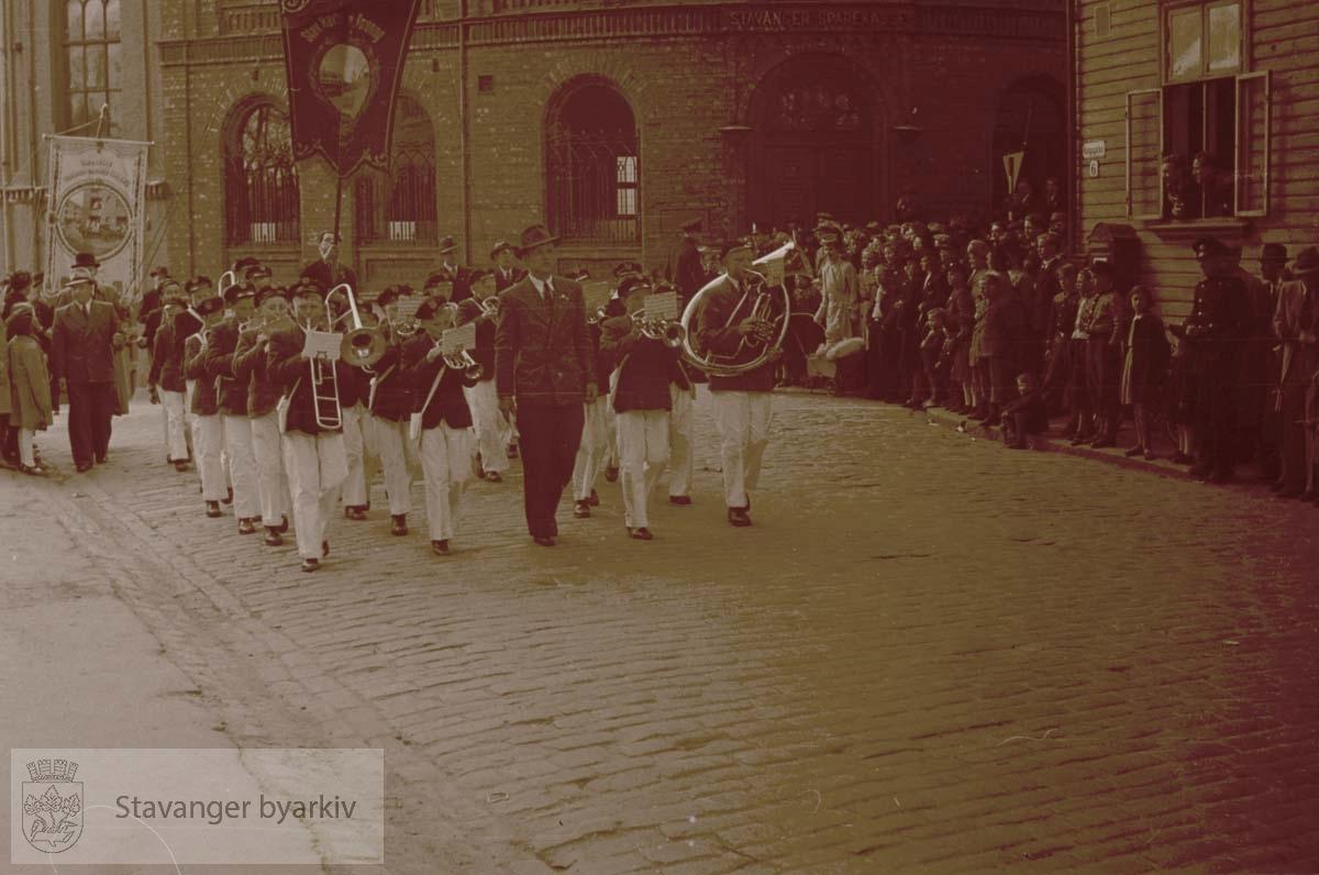 Første mai-tog.Korps marsjerer forbi Sparekassen