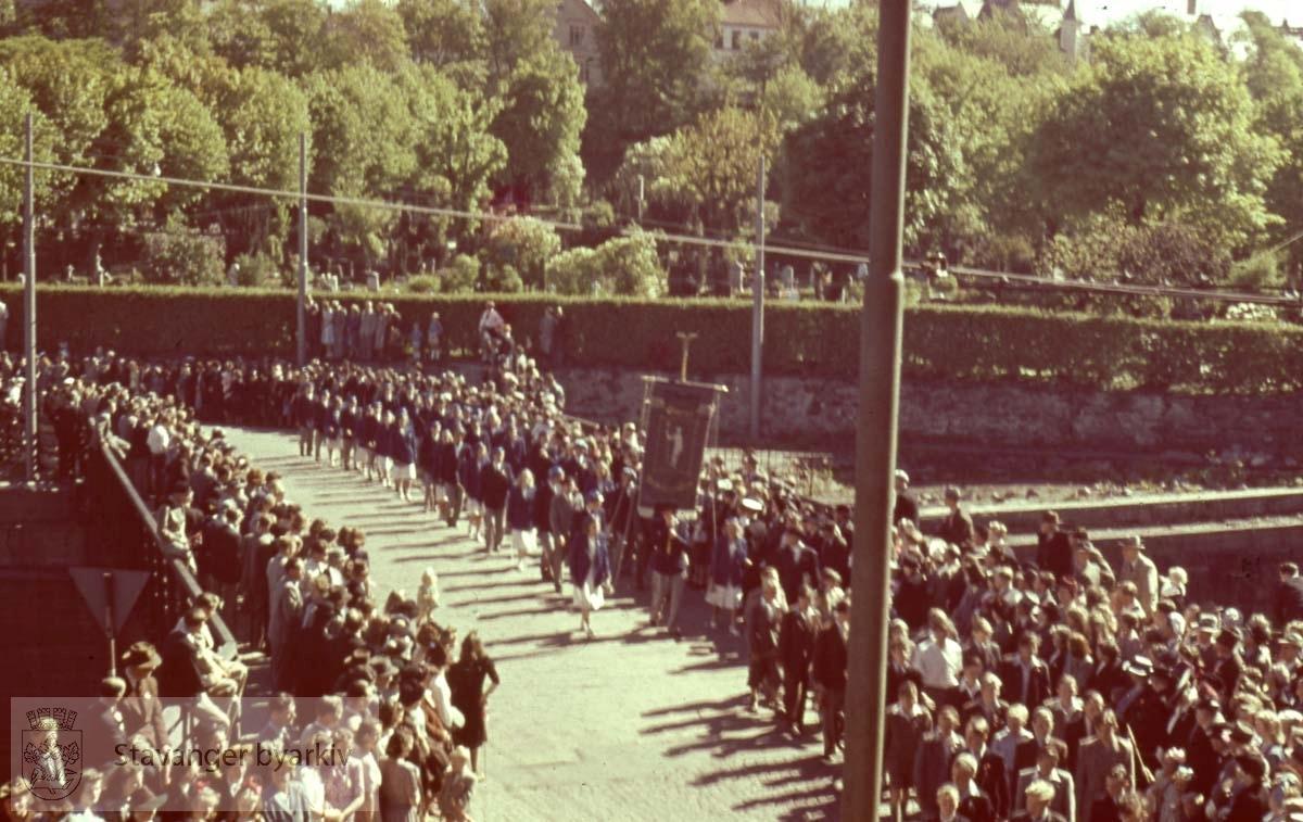 Toget krysser bro over jernbanen. Lagård gravlund i bakgrunnen.