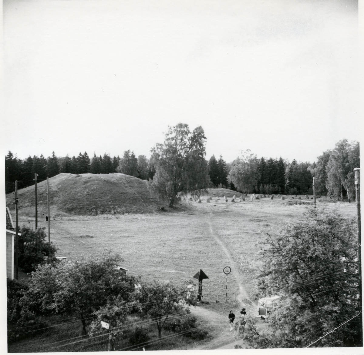 Badelunda sn, Anundshögsområdet, Långby. Anundshögsområdet taget uppifrån byggnad, med Anundshögen till vänster.