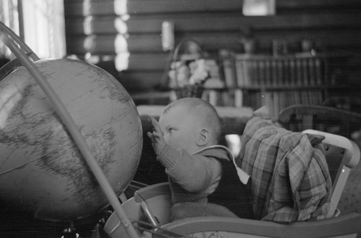 Ivar Wold jr. studerer globusen