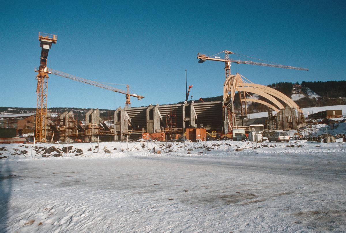Lillehammer.  Håkons hall under bygging, oppsetting av takkonstruksjonen.  Sett mot nord-øst.