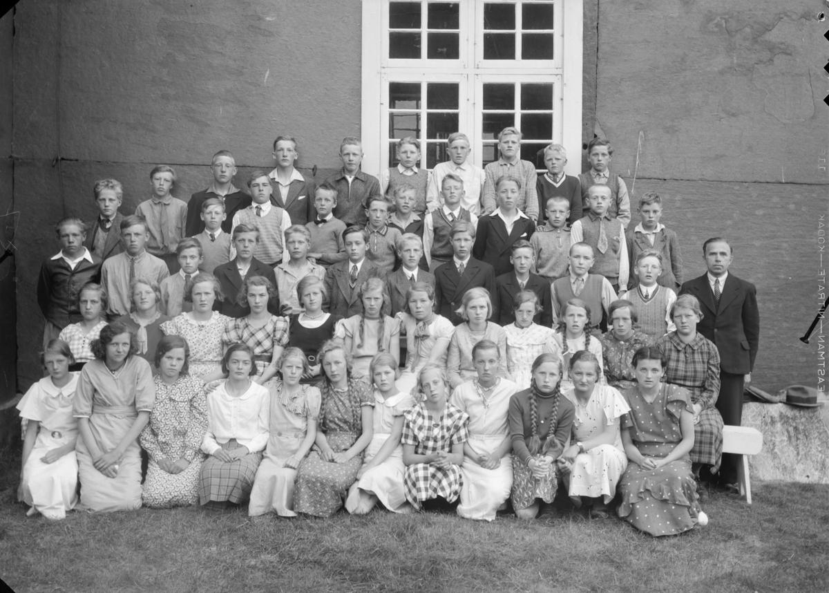Konfirmanter i Dovre 1935. Presten Richard Kreutz til høyre