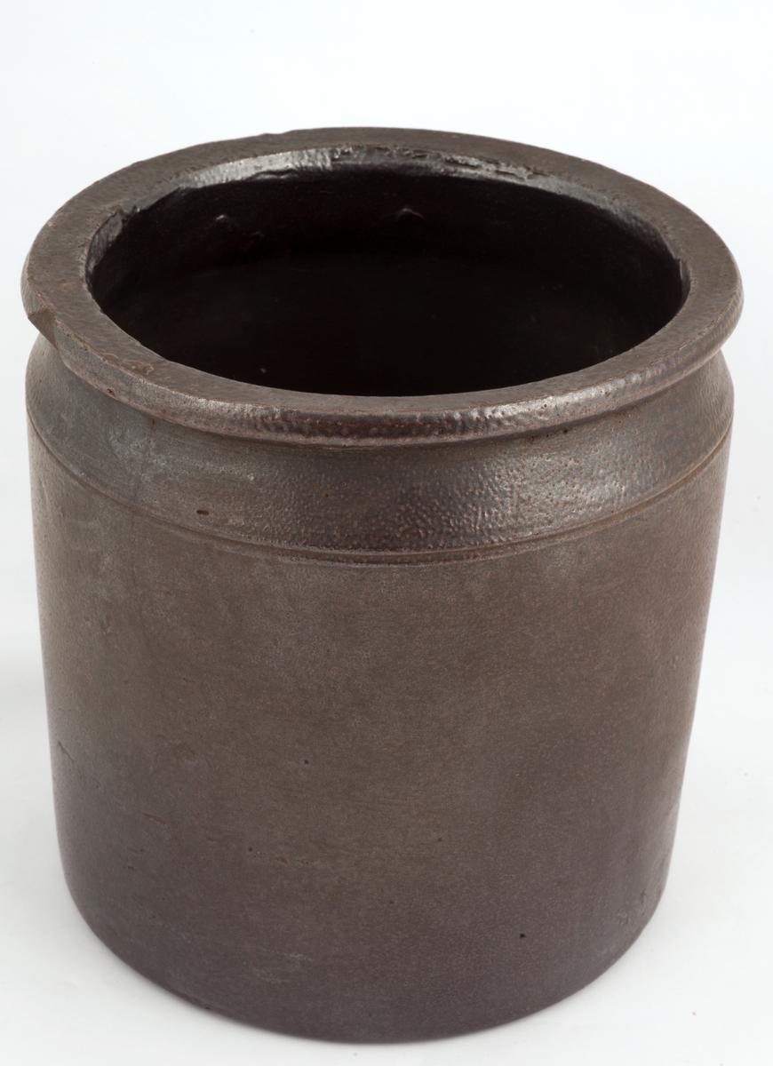 Mørkebrun keramikk-krukke.