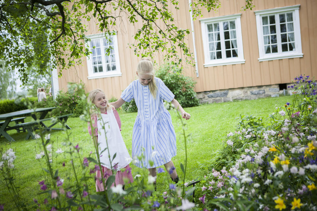 Barn i hage på Gamle Hvam (Foto/Photo)