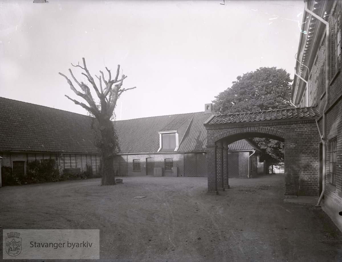 Baksiden med stallen til venstre, inngangsparti t.h. Tuntre.