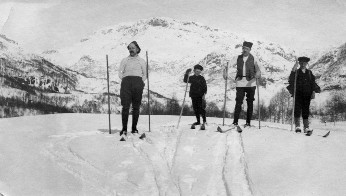 To menn og to gutter på skitur i Slettedalen, antageligvis i Suldalsheiene.