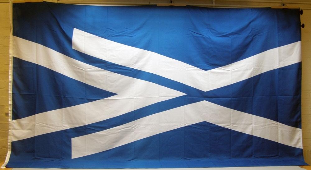 Flagga av vävd polyester (marinpolyester) med Banverkets logotyp/symbol som är spetsen i en spårväxel i vitt mot blå botten. Tillverkarlapp för Flaggfabriken Kronan med materialupplysning samt tvättråd 40 grader C.
