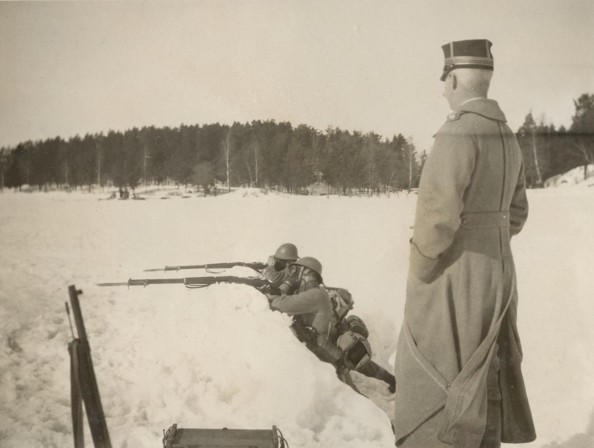 Bilder från stormsoldatskolan våren 1924, eldgivning med gasmask..