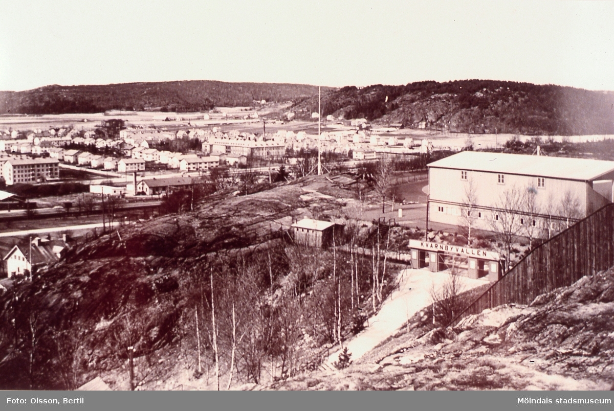 Vy från Störfjällsberget mot bebyggelse i Bosgården, Mölndal, år 1949. I förgrunden till höger ses även Kvarnbyvallens läktare och entré. AF 1:1.