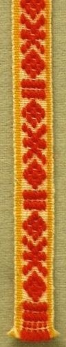 Mönstervävt band som används som strumpeband till Mora mansdräkt. Varp: halvblekt lingarn, rött ullgarn, gult bomullsgarn. Inslag: halvblekt lingarn.