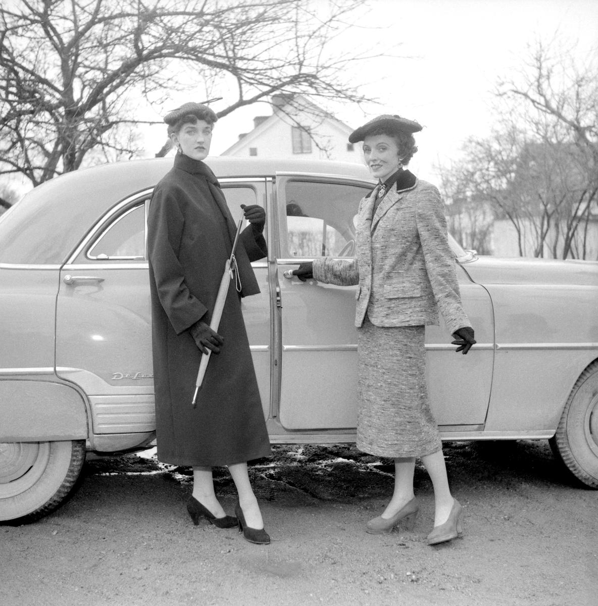 För sjätte året i rad visades vår- och sommarmode i Åtvidaberg. Dagen var första söndagen i april 1953 och för arrangemanget stod Husmodersföreningen. Kläderna och hattarna levererades av Simons Hörna respektive Ninettes. Detta år samlades arrangemanget i ortens hotell. De eleganta mannekängerna har här emellertid tagit posto utomhus. Bilen är en Chevrolet Deluxe.