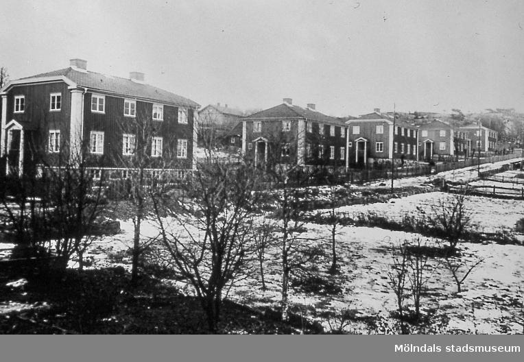 Bostadsbebyggelse vid Brunnsgatan i Ryet, Mölndal, på 1920-talet. Husen byggdes omkring 1920. De var tjänstemannabostäder för anställda på Papyrus. AF 4:3.