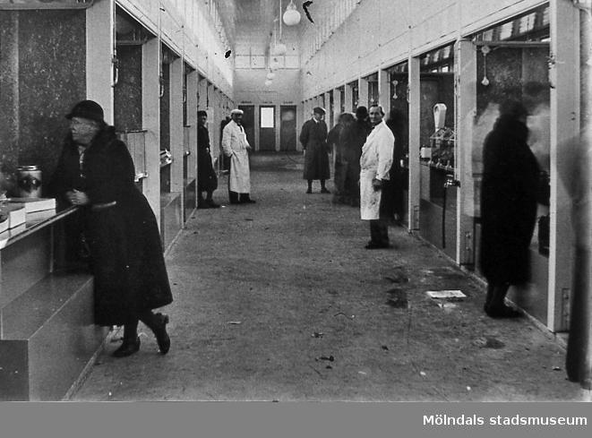 Interiör av saluhallen vid Nya Torget i Trädgården, Mölndal, på 1940-talet. Invigning 1/11 1937, då 32 affärer. 1955 8 affärer. 1954 4 affärer. Saluhallen stängdes 1973. AF 4:11.
