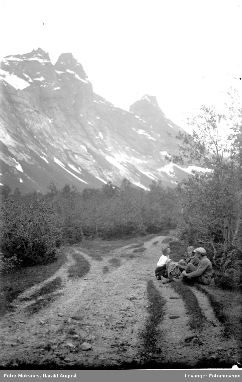På tur langs en veg i fjellet.