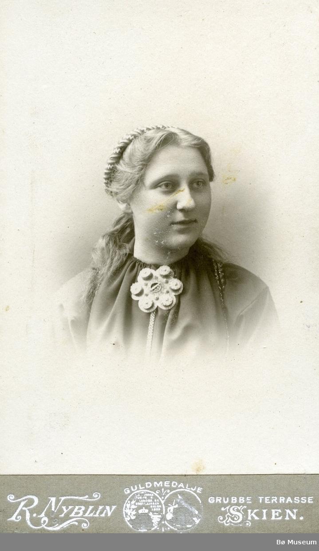 Portrett av Ingebjørg Askildt,, gift Holla, Heddal
