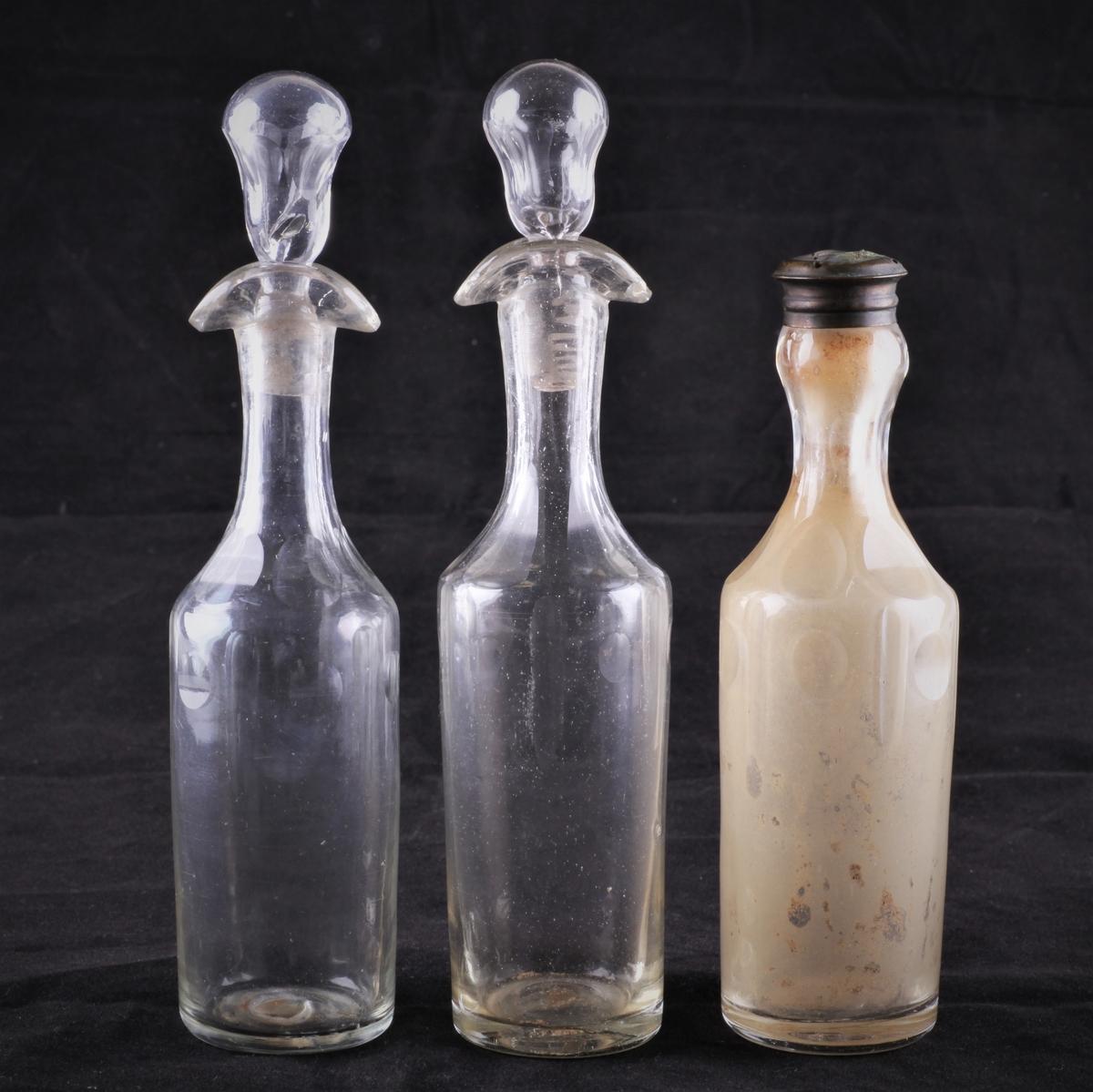 Flasken har en slank form, og en skrukork av messing. Korken har hull til å drysse. Flasken er dekorert med slipte sirkler og riller.