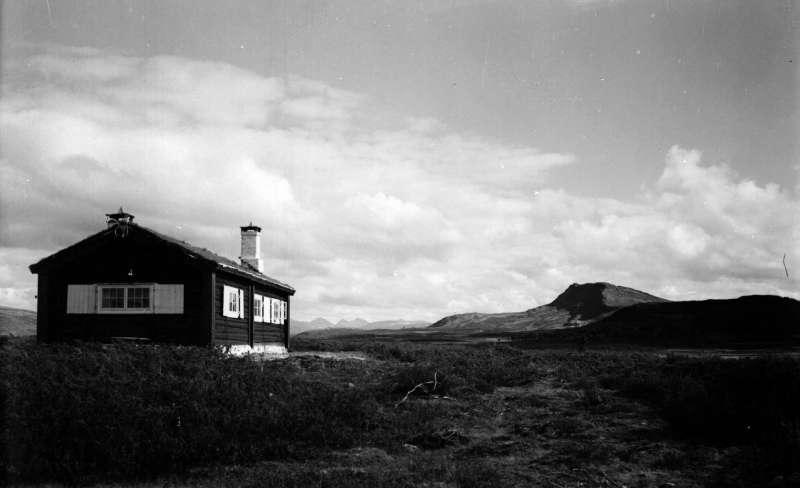 Ringebu. O.C.Weldinghs hytte. Svartfjellet bak.