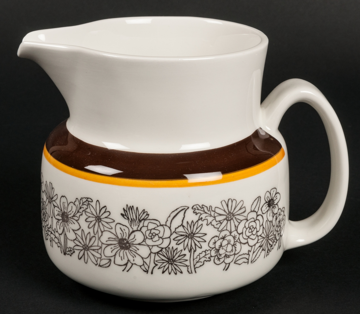 Tillbringare. Dekor Maud. TF. Vit med brunt och gult enkelt band som dekor. Blomster i brunt. VDN-märkt F555.