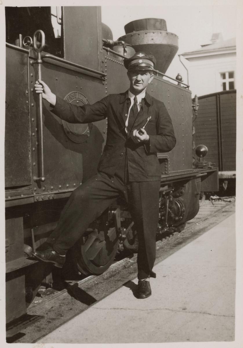 Lokförare Karl Gustaf Lindén, Kalmar Central vid Statens Järnvägar, SJ L10p 3026. Loket har tidigare varit Ruda-Oskarshamns Järnväg, ROJ 3 och Östra Smålands Järnväg, ÖsmJ 3.