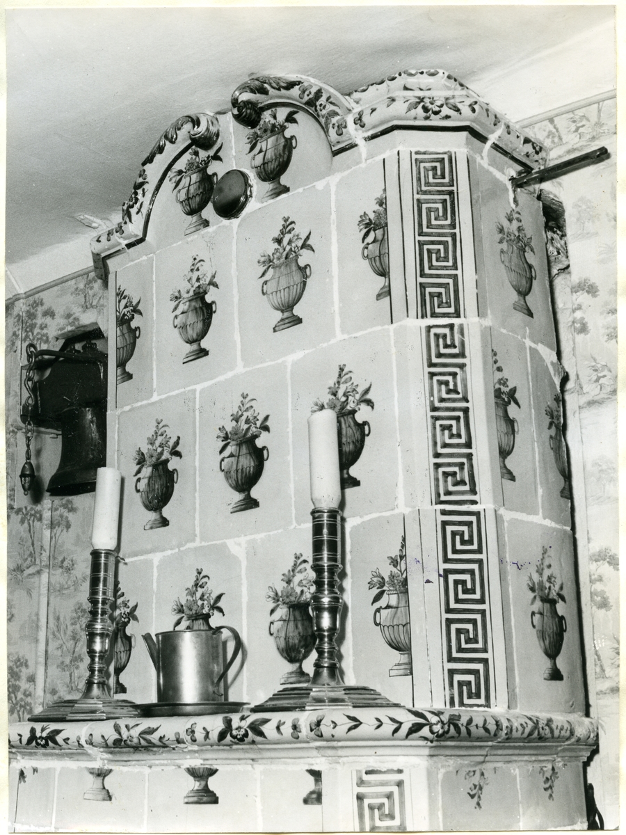 Hubbo sn, Mälby. Kakelugn, ljusstakar och tennkanna hos lantbrukare C. Bolin, 1951.