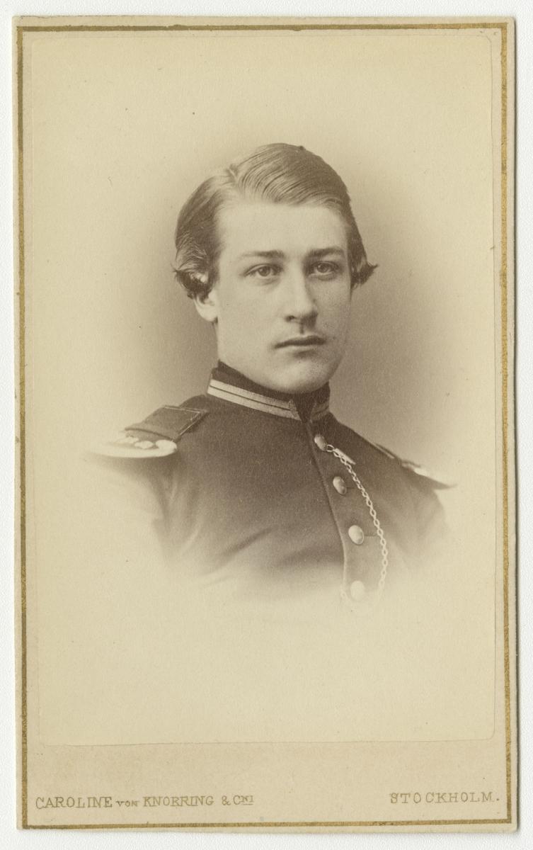 Porträtt av Sven Axel Bjuggren, kadett vid Krigsskolan Karlberg.  Se även bild AMA.0008356.