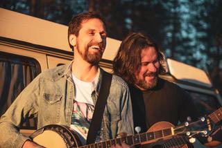 Erik Lukashaugen og Annar By spiller på Solørtunet på Glomdalsmuseet