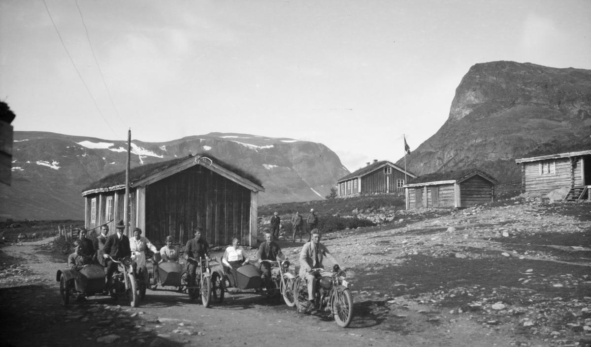 Nord-Fron. Ungdommer med motorsykler på Sikkilsdalseter.