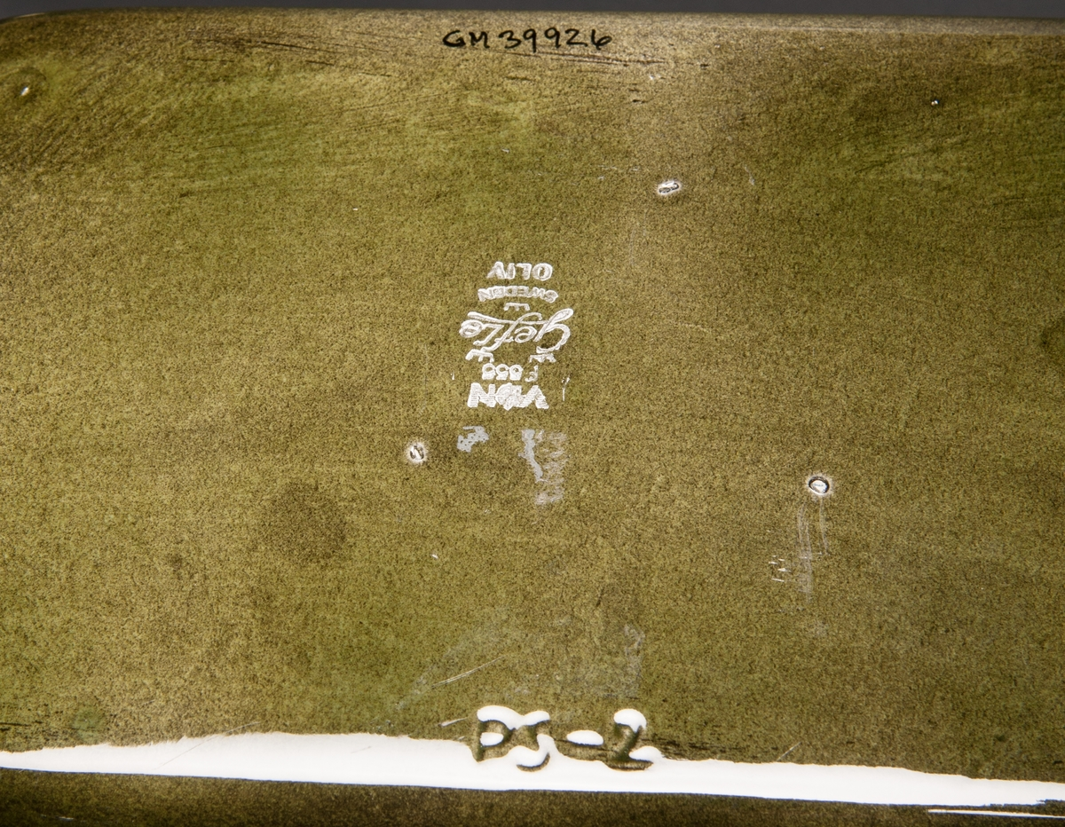 """Ugnsform, grön glasyr med brun kant, dekor """"Oliv"""". Modell PS-2. Med bruksanvisning på etikett i botten."""