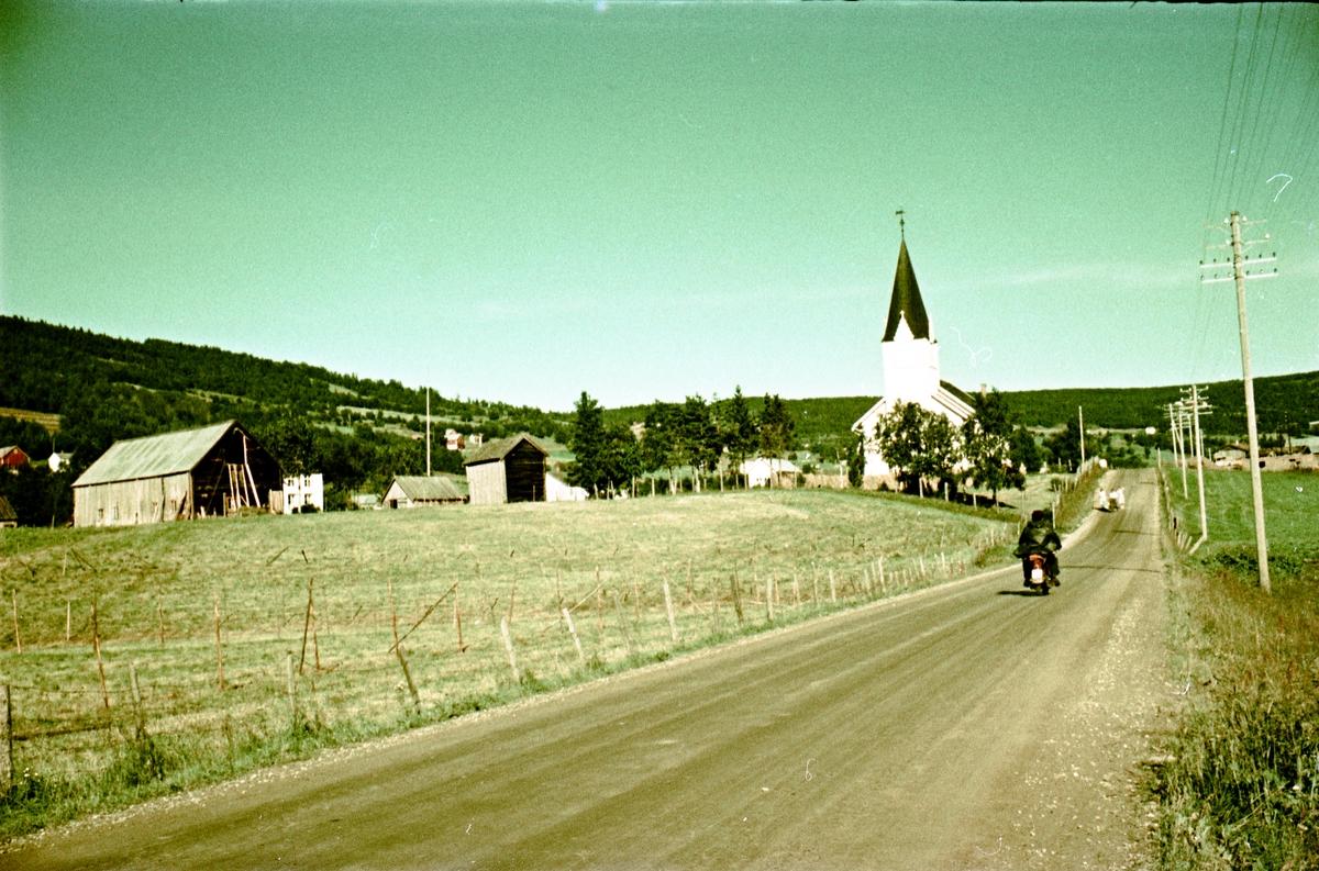 To bilder av ei kirke. Er muligens Haltdalen kirke.