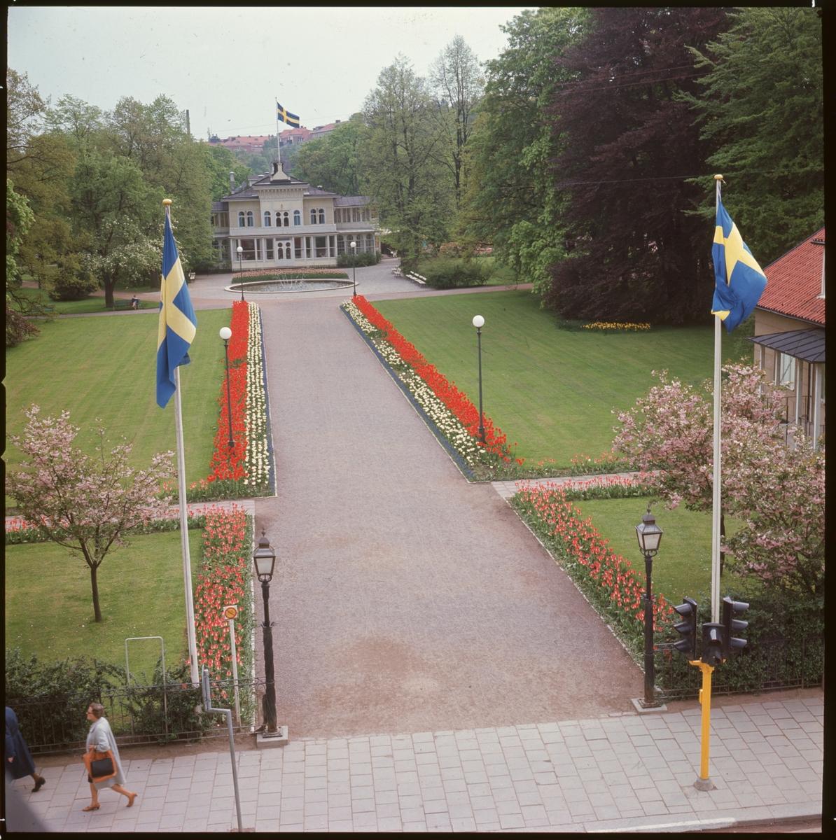 Einar Jagerwalls första bok, baksidan: Trädgårdsföreningen i all sin glans före branden. / Restaurangen, blomsterkantad gång och svenska flaggor.Linköpings Trädgårdsförening, anlades 1859 av ett bolag på ett av Serafimerordensgillet arrenderat område. Den välskötta anläggningen utvidgades 1871 och är upplåten för allmänheten mot det att staden till bolaget årligen erlägger ett belopp av 300 rdr.  Restaurangen byggdes 1881 efter ritningar av Rudolf Ström, dess fasad ändrade utseende många gånger. Restaurangen brann ner till grunden 14 april 1977 och har inte återuppbyggts.