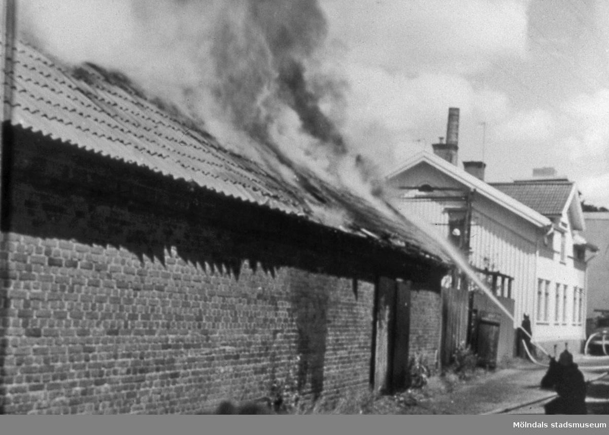 Ladugården på Kvarnbygården i Mölndals Kvarnby brinner den 29 juni 1969. AF 10:9.