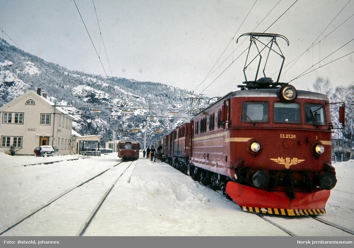 Elektrisk lokomotiv type El 13 nr. 2126 og El 8 med persontog retning Kristiansand på Sira stasjon. Til venstre motorvogn litra Bmdo 87 med persontog til Flekkefjord.