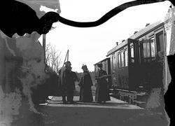 Tåg, personvagn med avstigande passagerare. Västmanland.