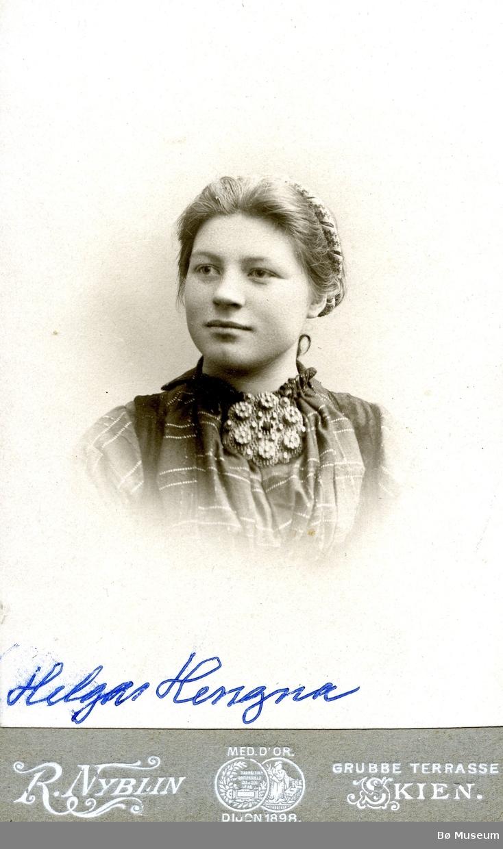 Portrettfoto av Helga Fosse (Hegna)