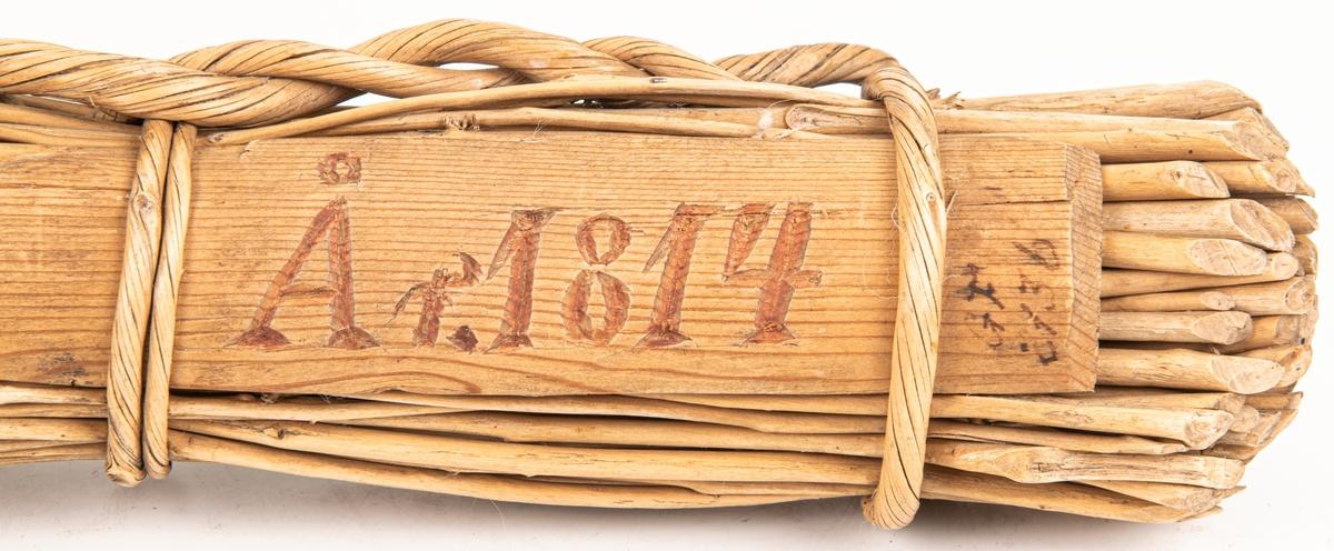 """Visp """"brudvisp"""" av ris. realtivt stor, av björkkvistar, bindning med träband. längd 52cm. I bindningen är insatt en skiva med inskuret och rödmålat """"År 1814""""."""