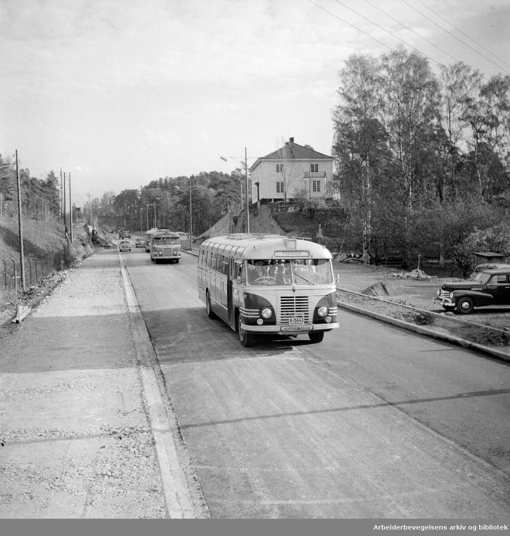 """Drammensveien, ved Lysaker. Veien forbi """"dødssvingen"""" åpnet. Oktober 1956"""