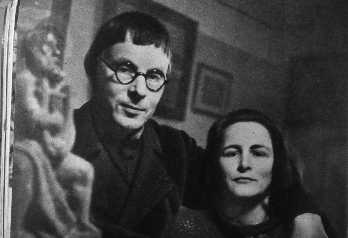 Konstnären och skulptören Bror Hjorth med hustru. (Oklart vilken av fruarna detta är, han var gift två gånger). Bror Hjorth lämnade in ett tävlingsbidrag till Engelbrektstaty, inför Riksdagens 500-årsjubileum i Arboga 1935. Segrade gjorde dock Carl Eldh. Porträtt