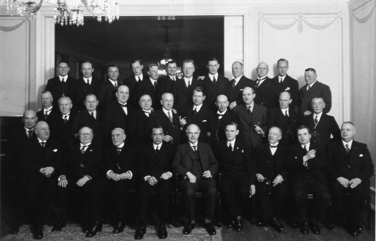 Arbogautställningens gynnare och tjänstemän på avslutningsmiddagen. Några ansikten känns igen: Bakre raden, från vänster: den fjärde mannen är arkitekt Per Bohlin Mellersta raden: mannen längst till vänster i bild är Gustaf Johansson (Murar-Gustaf), femte mannen från höger är Sven Lind och fjärde mannen från höger är Sigfrid Silfverling. Främre raden: fjärde mannen från vänster är Wilhelm Wester Gruppfoto.  Bilden är möjligen tagen på Stadskällaren