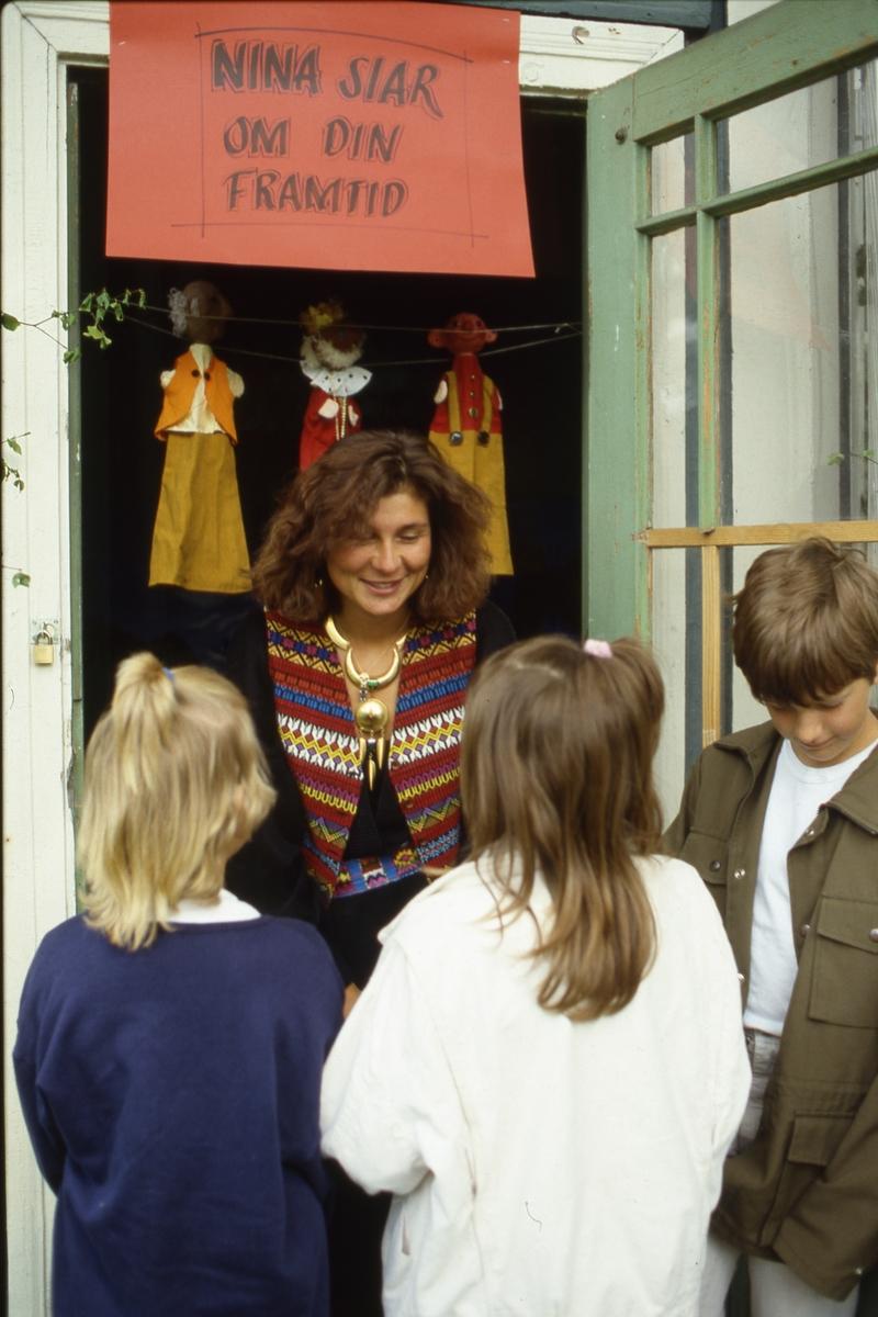 I lusthuset, i Olof Ahllöfs park, kan sierskan Nina berätta om din framtid. Några barn är på besök.