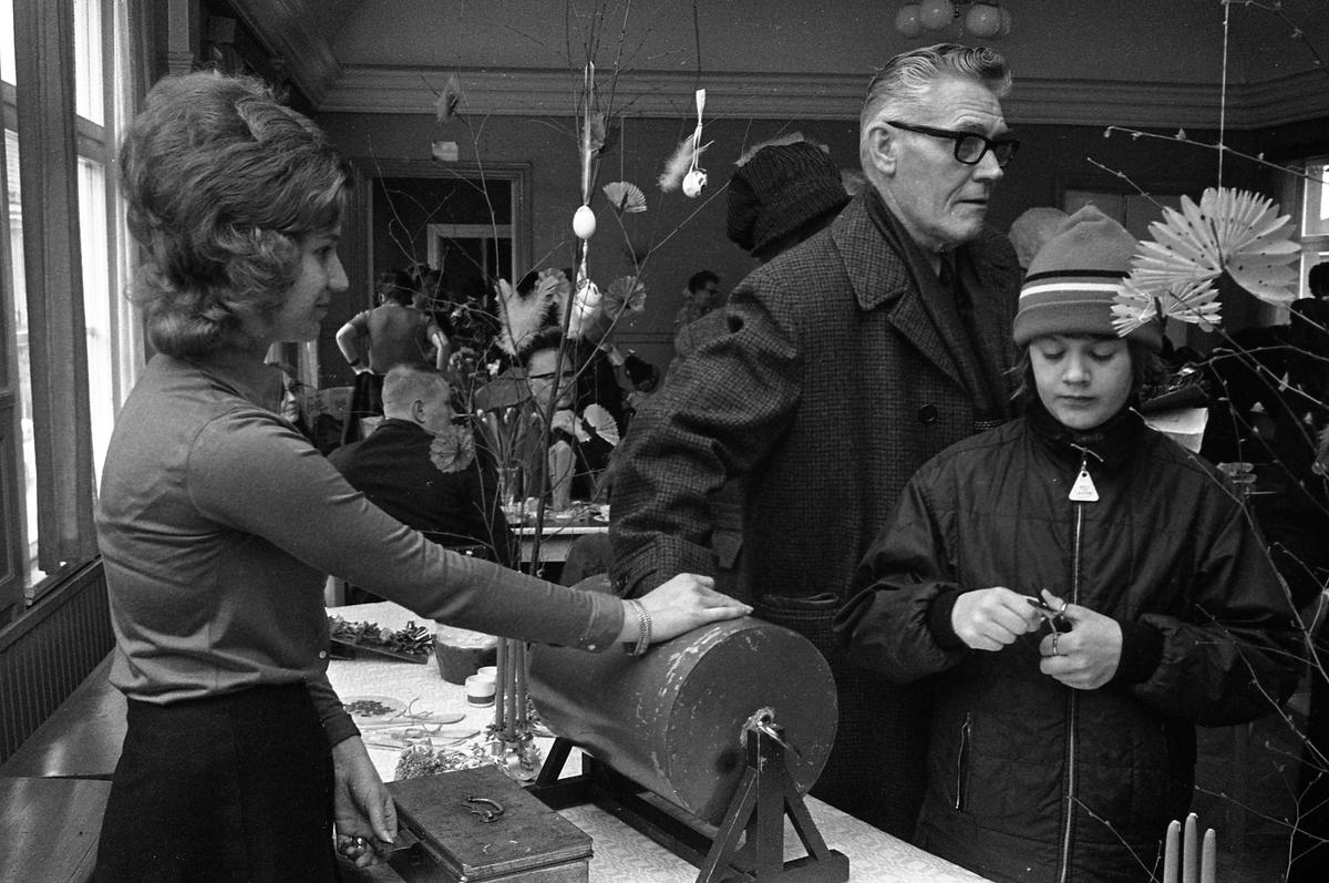 Försäljning hos Arbetareföreningen. Människor köper lotter. Kaffeservering. Påskris.