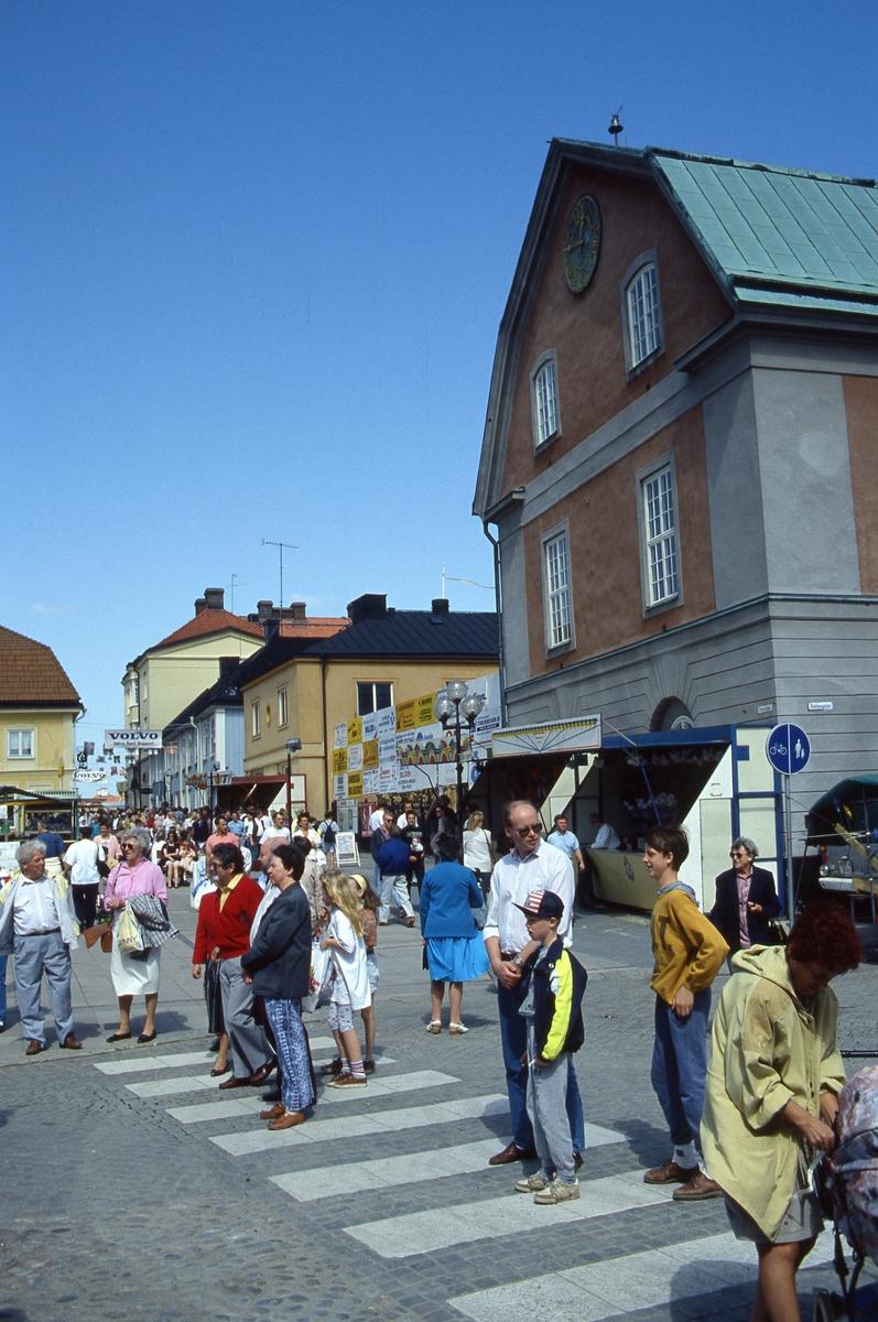 Arbogaträffen Publik vid dansuppvisning på Stora torget. Lotterier, tombola, torgstånd efter Kapellgatan. Till höger i bild ses Rådhuset.