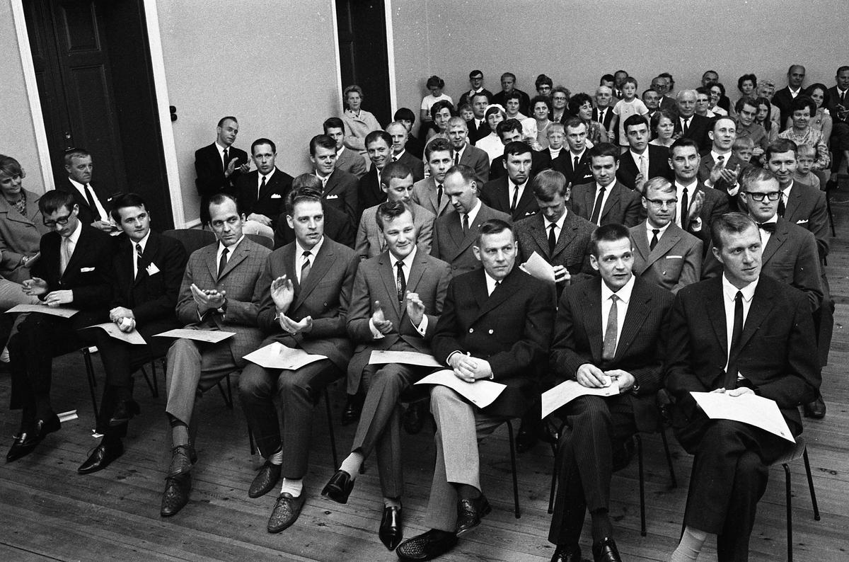 Arboga Tekniska Skola, examen. Eleverna sitter i rader. Kvinnor och barn ses i leden.
