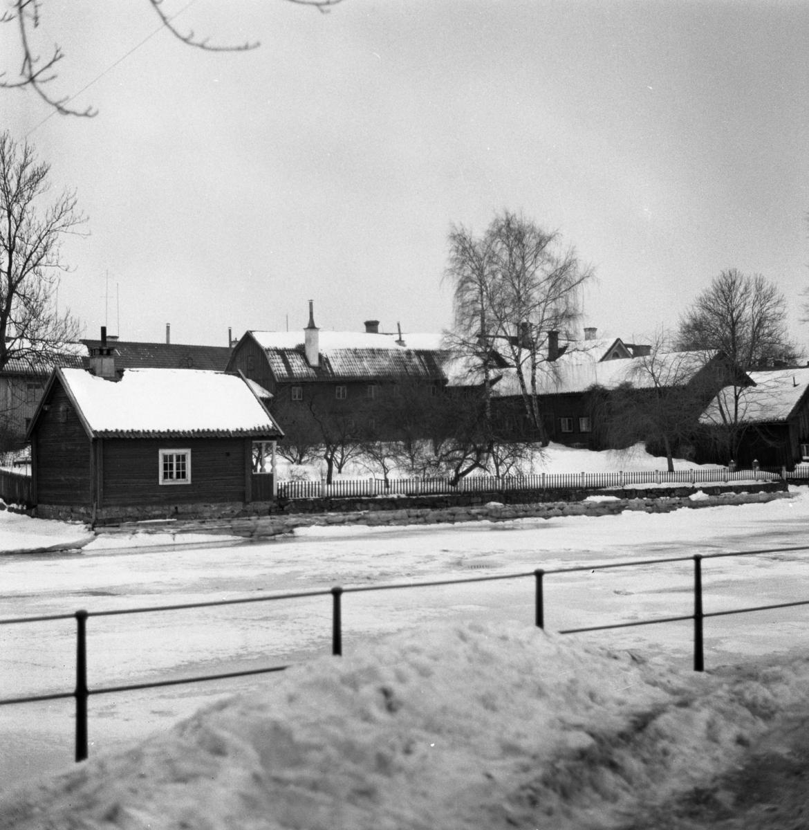 Crugska gården, södra sidan av ån. Vinter och snö.
