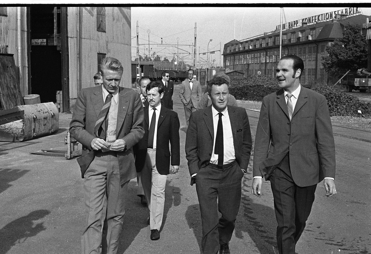 Handelsministern är på besök på Arboga Maskiner. Från vänster: Olle Göransson, Kjell-Olov Feldt (handelsminister) och Göte Wahlfeldt på Arboga Maskiner. I bakgrunden ses järnvägen och Albin Rapps Konfektionsfabrik.