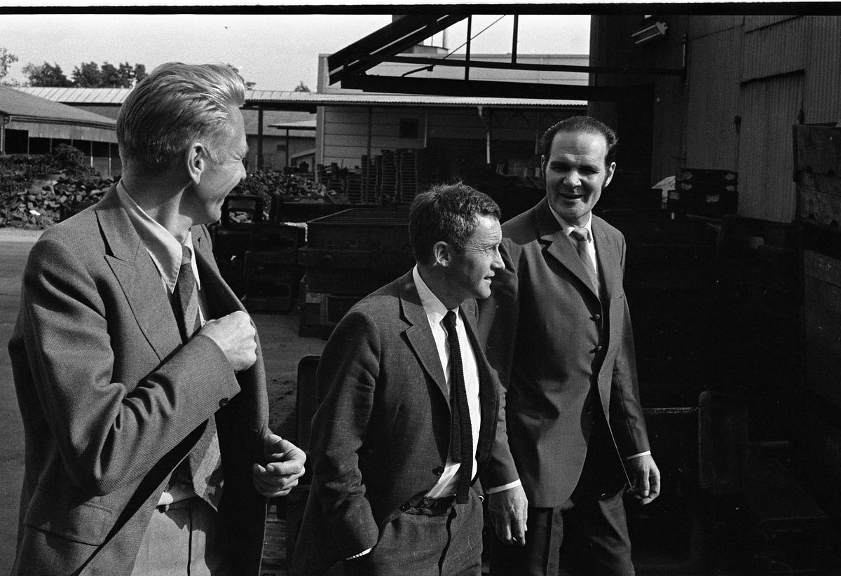 Handelsminister Kjell-Olov Feldt (mitten) besöker Arboga Maskiner. Närmast kameran Olle Göransson. Längst till höger Göte Wahlfeldt, Arboga Maskiner.