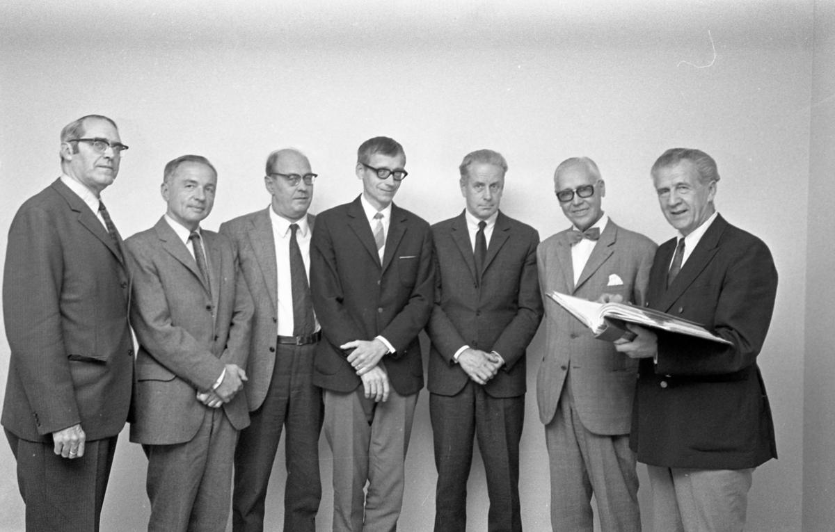 UHF 25 år Från vänster: Erik Olsson, Seth Norén, Erik Östlund, Benkt Holmkvist (Bengt Holmqvist), okänd, Hugo Dahlström och Åke Thorsén Underhåll Flyg CVA, Centrala Verkstaden Arboga