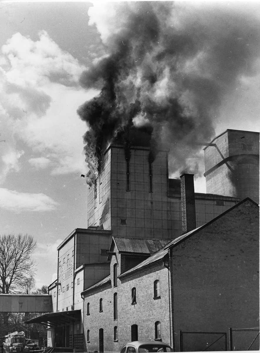Brand i Centralföreningen. Röken väller ut ur byggnadens översta våningar.