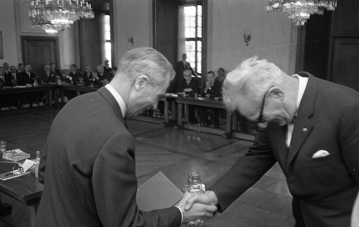 Statsutskottet besöker Arboga. Politikerna har möte i fullmäktigesalen på Rådhuset. Utskottets ordförande, Gösta Bohman tackar stadsfullmäktiges ordförande, Jonas Carlsson.