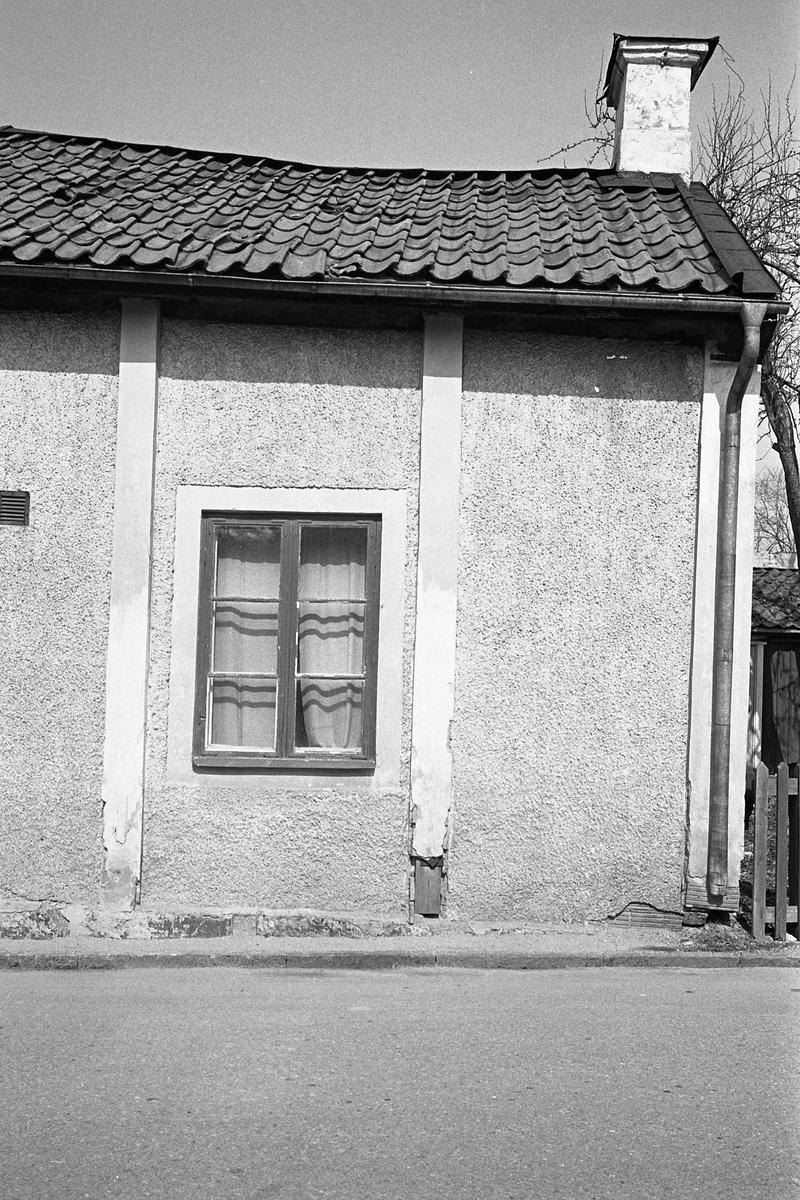 Exteriör. Bostadshus med putsad fasad, mot gatan. Ett fönster. Miljö. Fotografens anteckning: Dokumentation av fastigheter i kvarteren söder och norr om ån. Bilder och beskrivningar finns på Arboga museum.